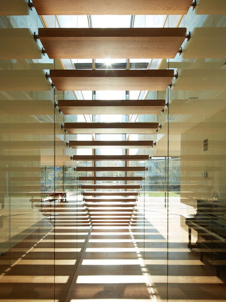 Holztreppe zwischen Glaswand
