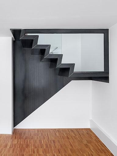 Stahltreppe mit Holzstrufen